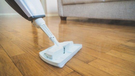 steam-mop-on-laminate-flooring